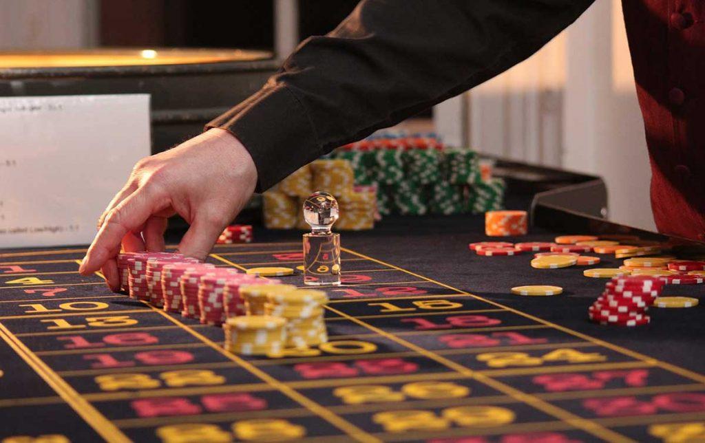 este-joven-siguio-jugando-poker-con-sus-amigos-incluso-despues-de-muerto-te-contamops-como-1.jpg